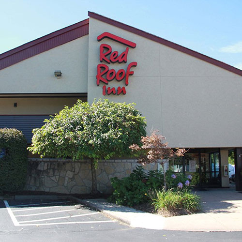 Red Roof Inn & Suites Indianapolis Airport is located by Indianapolis Motor Speedway, Banker's Life Fieldhouse, Lucas Oil Stadium, and the Indianapolis Zoo.